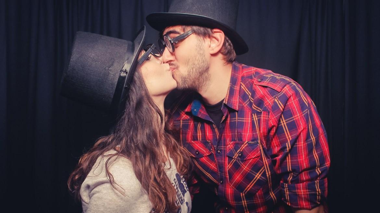 kiss-499138_1280
